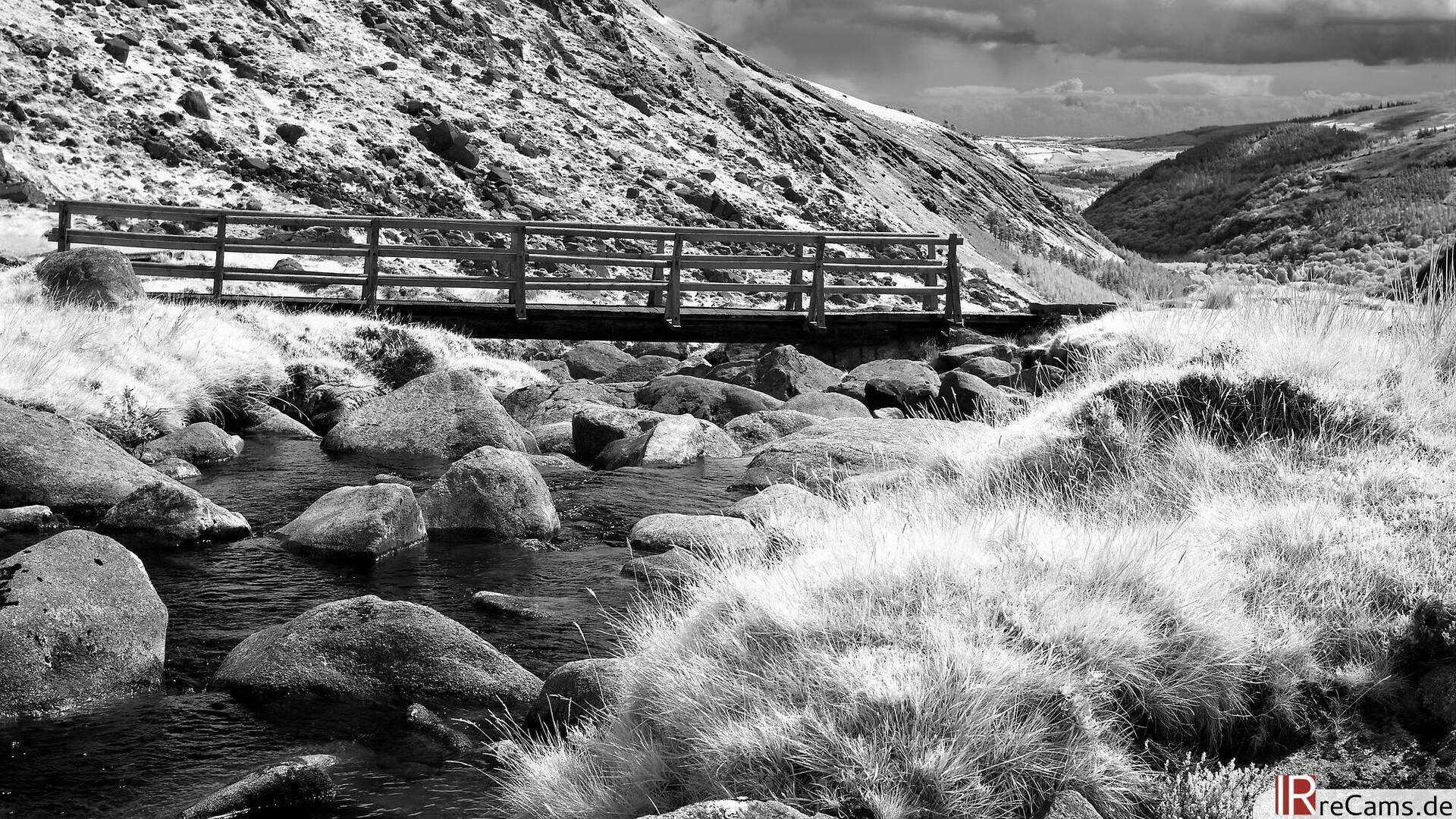 Schwarz Weiß Infrarot Brücke in Irland